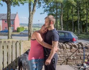 Katrina y su esposo Kyle en Aspatria (2018). Había trabajado sin parar desde que tenía 16 años, pero este año lo despidieron de un fabricante de colchones local. La fábrica ahora corre el riesgo de cerrar y Kyle ha comenzado a tener ataques de pánico.