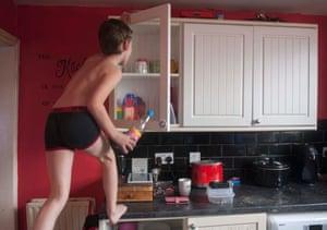 Elliot, el hijo de Emma, en casa de Darwen, 2019
