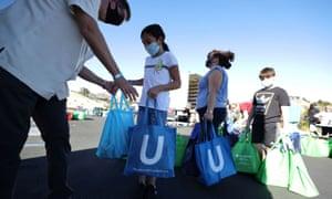 Los voluntarios de YMCA distribuyen pavos de Acción de Gracias a los estudiantes de Los Ángeles que los necesitan, mientras continúa la epidemia de la enfermedad del coronavirus global (COVID-19), en Los Ángeles, California, Estados Unidos, 16 de noviembre de 2020 .