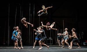 La compañía de teatro / circo físico Gravity and Other Myths actuará en el Festival de Sydney en un escenario al aire libre.