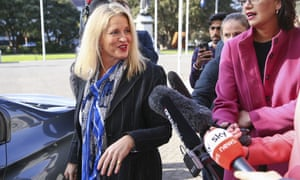 Louise Upston llega antes de una reunión del caucus en el Parlamento.
