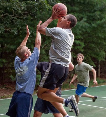 El presidente Barack Obama juega baloncesto con el personal de la Casa Blanca durante sus vacaciones en Martha's Vineyard, 26 de agosto de 2009