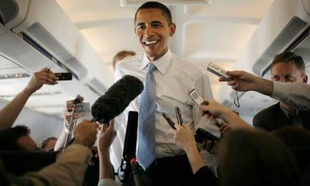 El candidato presidencial Barack Obama hablando con los medios de comunicación en junio de 2008 en su camino al aeropuerto de Dulles en la ruta electoral en Virginia