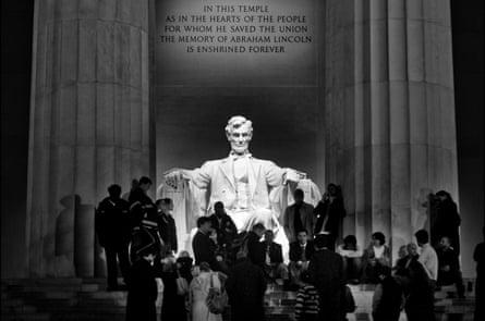 El discurso de la victoria de Obama en la radio en el Lincoln Memorial, 5/11/08 Un grupo de unas veinticinco personas se reúne alrededor de una radio de transistores en la escena del discurso