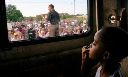 Barack Obama hizo campaña para el Senado de los Estados Unidos en 2004, bajo la mirada de su hija Malia.