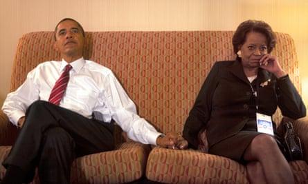 Barack Obama con su suegra Marian Robinson en la noche de las elecciones de 2008