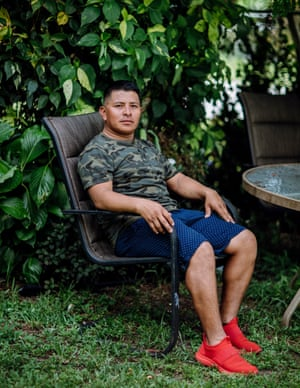 El agricultor y paisajista de temporada Elbin Sales Pérez recolecta frutos de palma cuando no hay otro trabajo agrícola. A pesar de los riesgos que implica, aporta una parte esencial de sus ingresos anuales.
