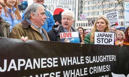 Symonds con el padre de Boris Johnson, Stanley Johnson (centro), en una protesta contra la caza de ballenas japonesa en el centro de Londres, enero de 2019.