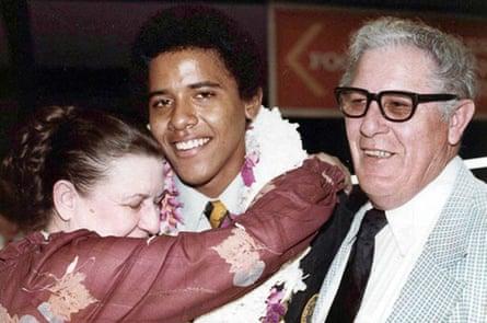 Obama se graduó de la escuela secundaria en Hawai en 1979, con sus abuelos, Madelyn (conocido como Toot) y Stanley Dunham, quienes lo criaron en la escuela secundaria.