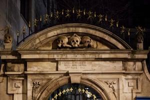 Charles Dickens estaba encantado con las calaveras sobre la entrada al cementerio de la Iglesia de San Olave.