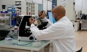 Investigador de la unidad de vacunación de la planta Pasteur del fabricante francés Sanofi en Marcy-l'Etoile, cerca de Lyon, Francia.
