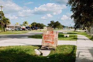 En Immokalee, Florida, muchos recolectores de bayas de palmito han colocado carteles en español para los trabajadores agrícolas que cosechan bayas entre agosto y octubre. Aquí, un cartel dice