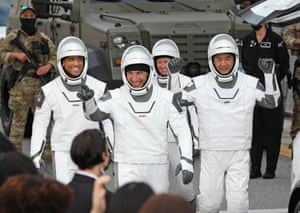 Los astronautas de la NASA Mike Hopkins, Victor Glover y Shannon Walker, y el astronauta Soichi Noguchi de la Agencia de Exploración Aeroespacial de Japón.