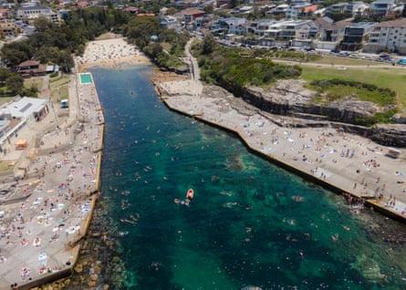 La gente se reúne en Clovelly Beach en Sydney el sábado.