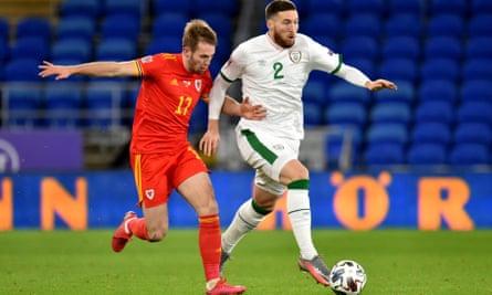 Matt Doherty detiene a Rhys Norrington-Davies de Gales el domingo.