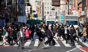 Peatones cruzando una calle en Tokio hoy.