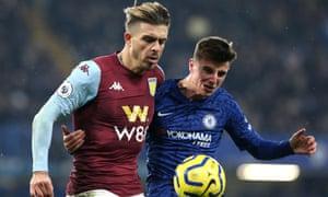Jack Grealish de Aston Villa (izquierda) y Mason Mount de Chelsea luchan por el balón.