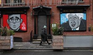 Un mural que representa a Andy Burnham y Boris Johnson en la parte delantera de un pub cerrado en Manchester.