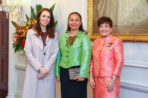 La Primera Ministra Jacinda Ardern, la Ministra de Prevención de la Violencia Familiar y Sexual y Ministra Asociada de Vivienda (Personas sin Hogar) Marama Davidson, y la Gobernadora General Dame Patsy Reddy posan durante una ceremonia de juramento en la Casa de Gobierno el 6 de noviembre de 2020 en Wellington, Nueva Zelanda.