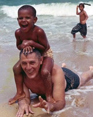 Barack Obama en la playa con su abuelo, Stanley Armour Dunham, en la década de 1960.