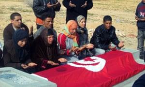 Familiares de Mohammed Bouazizi rezando ante su tumba.
