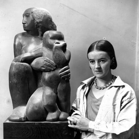 Barbara Hepworth con su escultura de Madre e Hijo.