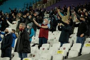 Los aficionados de los Hammers representan al equipo