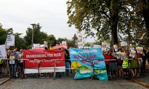 Los manifestantes sostienen carteles que decían