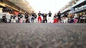 Los pilotos de F1 se levantan y se arrodillan