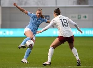 Georgia Stanway y Caitlin Foord pelean por el balón