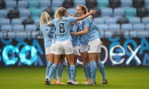 Mewis celebra con Houghton y sus compañeros de equipo