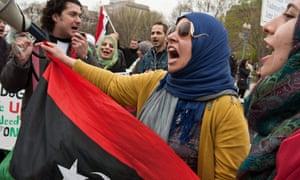 ARCHIVOS-ESTADOS UNIDOS-DIPLOMACIA-REVOLUCION-ARABE (ARCHIVOS) En esta foto de archivo tomada el 9 de abril de 2011, los libios cantan una canción patriótica frente a la Casa Blanca en Washington durante una manifestación de libios y sirios contra los regímenes de Muammar Gaddafi y Bashar al-Assad. - Hace diez años, cuando estallaron las protestas en el mundo árabe, los gobiernos occidentales no lograron encontrar un encuentro con el destino y ayudaron a nutrir los sueños de democracia, perdiendo una oportunidad sin precedentes de dando forma a una reforma real. La historia no los juzgará con amabilidad, dicen muchos de los que estuvieron presentes y hablaron con la AFP en el décimo aniversario de la Primavera Árabe, de por qué se ha desvanecido una década de su promesa inicial. y en su mayoría están muertos. (Foto de Nicholas KAMM / AFP) (Foto de NICHOLAS KAMM / AFP a través de Getty Images)