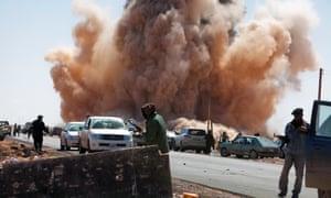 Un ataque aéreo de las fuerzas leales a Gaddafi cerca de un puesto de control rebelde en una carretera a las afueras de Ras Lanuf, Libia, en marzo de 2011.