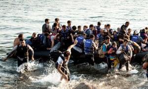 Los refugiados aterrizan en la isla griega de Lesbos.