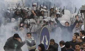 Activistas antigubernamentales chocan con la policía antidisturbios en El Cairo en enero de 2011.