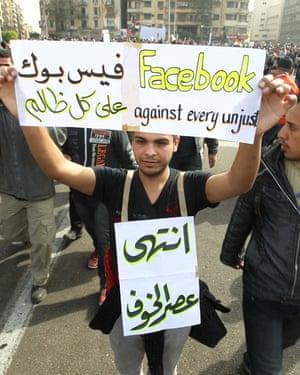 Un egipcio sostiene un cartel en el que alaba a Facebook y se une a otros en la plaza Tahrir de El Cairo en febrero de 2011.