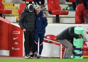 El técnico del Tottenham, José Mourinho, y el técnico del Liverpool, Juergen Klopp, antes del partido.