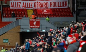 Una pancarta en memoria de Gérard Houllier.