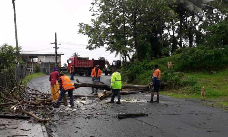Personas limpian los escombros del ciclón Yasa en Velau Drive en Fiji el 18 de diciembre de 2020, en esta imagen obtenida a través de las redes sociales. Fiji Roads Authority a través de REUTERS. ATENCIÓN A LOS EDITORES: ESTA IMAGEN HA SIDO PROPORCIONADA POR UN TERCERO. CRÉDITO OBLIGATORIO. NO REVENTA. SIN ARCHIVOS.
