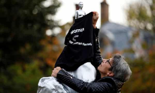 Un manifestante cubre la estatua con una camiseta.