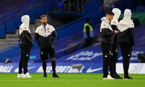 Douglas Luiz de Aston Villa con gente en capuchas