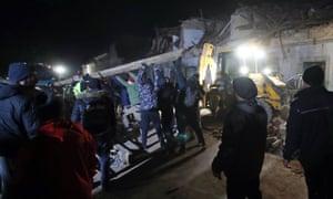 CROACIA - TERREMOTO Voluntarios y simpatizantes del club de fútbol croata Dinamo limpian los escombros de los edificios dañados en Petrinja.