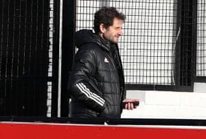 El técnico del Arsenal, Joe Montemurro, antes del saque inicial.