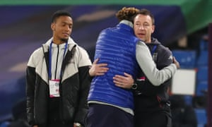 El subdirector del Aston Villa, John Terry, besa a Tammy Abraham del Chelsea