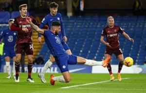 Olivier Giroud del Chelsea anota el empate para poner el 1-1.