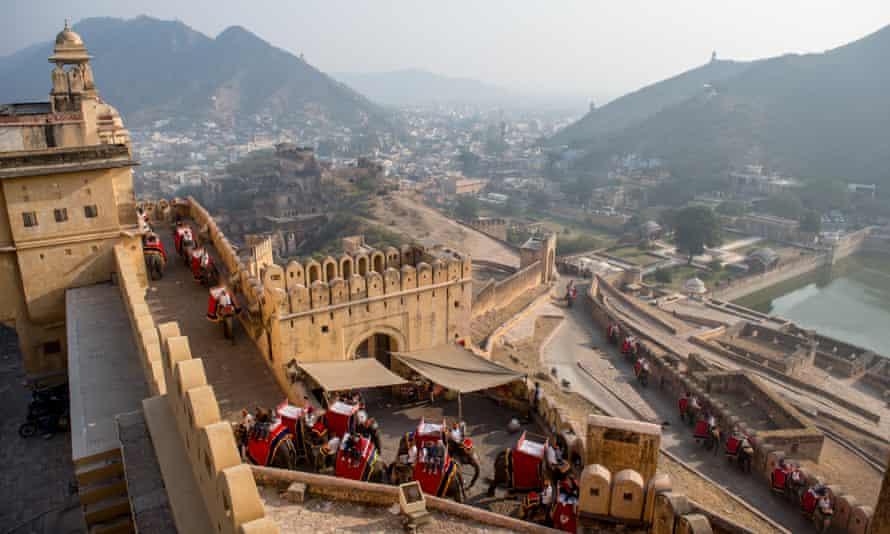 Los elefantes transportando turistas a través de un pasadizo de piedra hasta Amer Fort, Jaipur.
