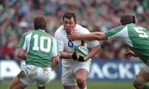 Irlanda contra Inglaterra. Steve Thompson (Inglaterra) es llevado por Paul O'Connell (5) mientras corre hacia el irlandés Ronan O'Gara (10). Foto de Matt Impey / Rex / Shutterstock