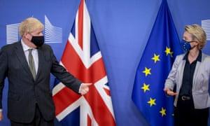 Boris Johnson saluda a Ursula von der Leyen.