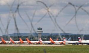 Aviones de pasajeros varados debido al coronavirus están estacionados en el aeropuerto de Gatwick en Sussex.