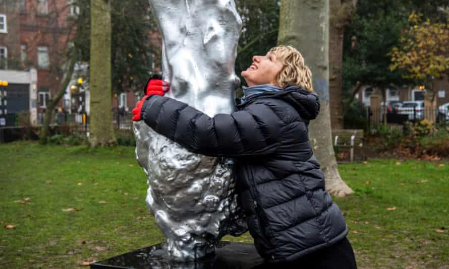 Bee Rowlatt abrazando la estatua de Mary Wollstonecraft